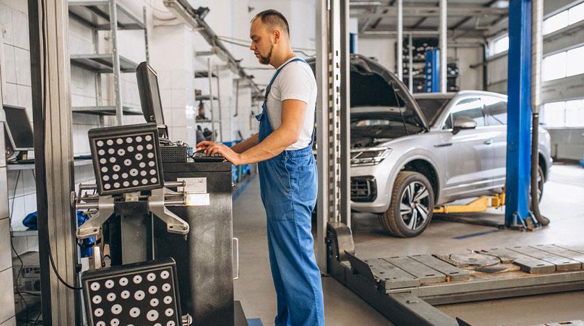 Kỹ thuật viên sửa xe (Automotive Mechanic)